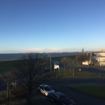 Blick auf Bremerhaven mit Container Terminal und Atlantic Hotel
