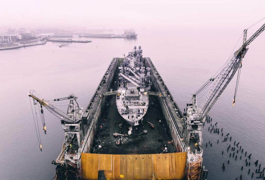 Trockendock mit Schiff zur Reparatur